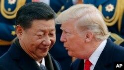 រូបភាពឯកសារ៖ ប្រធានាធិបតីសហរដ្ឋអាមេរិក ដូណាល់ ត្រាំ ជជែកជាមួយប្រធានាធិបតីចិន លោក Xi Jinping នៅទីក្រុងប៉េកាំងប្រទេសចិន។