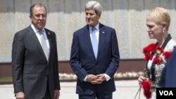 ລັດຖະມົນຕີ ຕ່າງປະເທດ ສະຫະລັດ ທ່ານ John Kerry (ກາງ) ແລະ ລັດຖະມົນຕີ ຕ່າງປະເທດ ຣັດເຊຍ (ຊ້າຍ) ທ່ານ Sergey Lavrov.