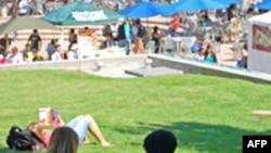 美国大学生在校园享受夏季