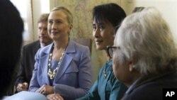 아웅산 수치 여사와 대화를 나누는 클린턴 미 국무장관(좌)