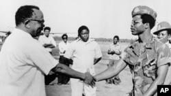 Makamu Rais wa Tanzania Aboud Jumbe akimpokea Samuel Doe kiongozi wa Liberia mjini Dar es salaam 1980