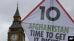 星期五示威者在倫敦的大笨鐘附近放出大風箏﹐紀念阿富汗戰爭十週年