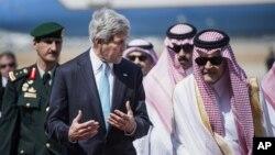 Ngoại trưởng Mỹ John Kerry được Bộ trưởng Ngoại giao Ả Rập Xê-Út Saud al-Faisal đón tiếp tại sân bay quốc tế King Abdulaziz ở Jeddah.