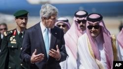 지난 6월 사우디아라비아 제다 국제공항에 도착한 존 케리 미국 국무장관(왼쪽)이 사우드 알파이살 사우디아라비아 외무장관과 대화하고 있다. (자료사진)