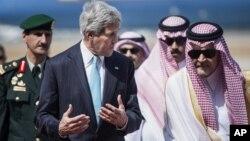 په یمن کې د القاعدې او په سوریې او عراق کې د اسلامي دولت د جنگیالیو پر ضد جگړې کې د سعودي حکومت د واشنګټن کلک ملګر دی.
