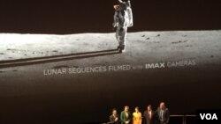 """Para pemeran dalam film """"First Man"""" saat diperkenalkan dalam pemutaran perdana di National Air and Space Museum di Washington, 4 Oktober 2018."""