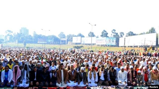 Eid al-Fitr ပြဲေတာ္က်င္းပစဥ္ (ၾသဂုတ္လ ၈၊၂၀၁၃)