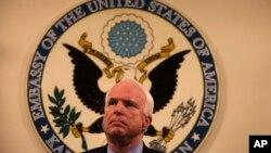 Thượng nghị sĩ Hoa Kỳ John McCain nói chuyện với các nhà báo tại Đại sứ quán Hoa Kỳ ở Kabul, Afghanistan