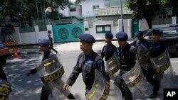 Polisi berjaga-jaga di luar Kedutaan Besar Burma, Jakarta Pusat, untuk mengantisipasi demonstrasi dari kelompok Muslim (3/5). (AP/Dita Alangkara)
