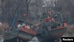 Kapal Kargo (kanan) di sungai Yalu, Sinuiju, di seberang kota Dandong di perbatasan China (Foto: dok).