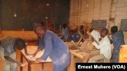 Les ex-enfants soldats apprennent la menuiserie chez FSH à Bukavu, en RDC, le 14 octobre 2016. (VOA/Ernest Muhero)
