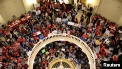 在奥克拉荷马州首府奥克拉荷马城,教师们聚集在州议会大厦园厅,要求加工资并增加教育经费。(2018年4月3日)