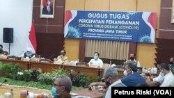 Rapat Gugus Tugas Pecepatan Penanganan COVID-19 bersama gugus tugas Jawa Timur di Surabaya, Rabu 25 Juni 2020. (Foto: VOA/ Petrus Riski)