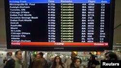Des passagers bloqués à l'aéroport de LaGuardia à New York par l'ouragan Sandy