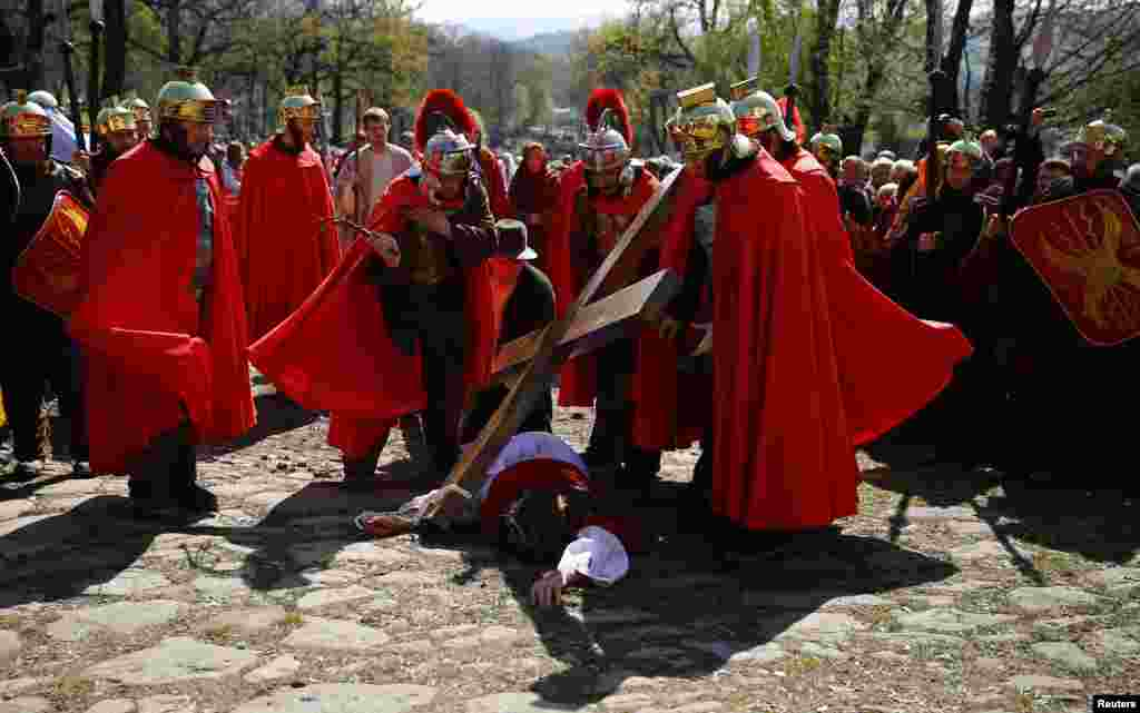 Polish devotees play out the Way of the Cross on Good Friday at the Sanctuary of Kalwaria Zebrzydowska near Krakow, southern Poland, April 18, 2014.