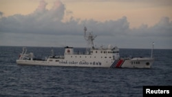 중국 해양경찰선 2146호가 센카쿠 열도 해역에서 항해하고있다.