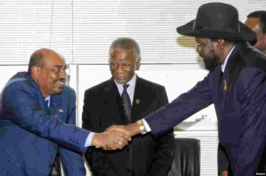 Former South African President Thabo Mbeki (C) looks as Sudanese leader Omar al-Bashir (L) shakes hands with South Sudanese President Salva Kiir at a meeting in January 2013 of the AU panel trying to broker agreement on the disputed region of Abyei.