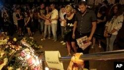 Люди пришли почтить память погибших в авиакастрофе к посольству Нидерландов в Украине. Киев. 17 июля 2014 г.