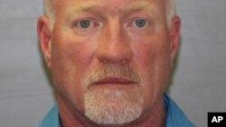 Ông Gene Palmer là nhân viên trại giam thứ hai bị bắt.