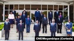Presidente Filipe Nyusi (no centro, primeira fila) e membros da CNE, Moçambique