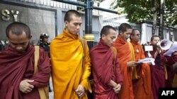 Các tu sĩ cầu nguyện trong một cuộc biểu tình bên ngoài Ðại sứ quán Miến Ðiện ở Bangkok, Thái Lan