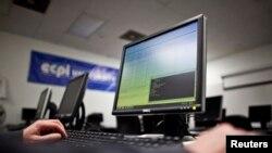 미국 버지니아비치의 한 대학에서 미 해군 장병이 컴퓨터를 사용하고 있다.