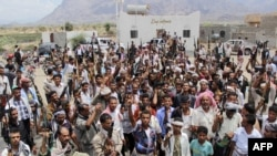 Des Yemenites armes soutenant le president Abedrabbo Mansour Hadi, le 9 mai 2015.