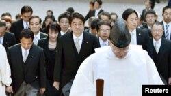 2015年1月5日日本首相安倍晉三(中)和內閣部長訪問伊勢神宮。
