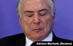 미셰우 테메우 브라질 대통령이 직무정지 표결을 하루앞둔 1일 대통령궁 행사도중 눈을 감고 생각에 잠겨있다.