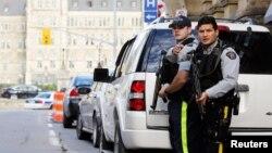 Ảnh tư liệu - Các sĩ quan Cảnh sát Hoàng gia Canada được trang bị vũ khí bảo vệ lối vào Parliament Hilll sau vụ nổ súng ở Ottawa.