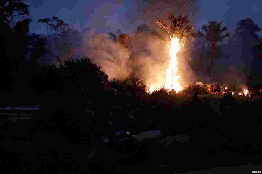 برازیل کا بڑا حصہ ایمیزون کے جنگلات سے گھرا ہوا ہے جس کے ایک حصے میں کئی روز سے آگ لگی ہوئی ہے۔ تیز ہواؤں کے سبب فائر فائٹرز کو آگ پر قابو پانے میں مشکلات کا سامنا ہے۔
