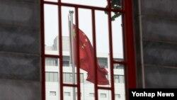 한국 정부가 미군 고고도 미사일방어체계, 사드 배치지역을 공식 발표한 13일, 서울 중국대사관에서 중국 국기가 펄럭이고 있다. 중국은 러시아와 함께 한국 내 사드 배치를 강력히 반대하고 있다.