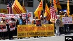 Cuộc biểu tình diễn ra vào trưa 8 tháng Sáu, với khoảng hơn 300 người tham dự.