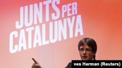 """En la foto, el expresidente Carles Puigdemont ofrece un discurso para lanzar la campaña electoral de su plataforma """"Junts per Catalunya"""" para las elecciones regioanles catalanas del 21 de diciembre en Oostkamp en Bélgica el 25 de noviembre de 2017."""