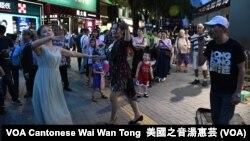 旺角「殺街」後有中國大媽歌舞團遷移到尖沙咀天星碼頭一帶表演 (美國之音湯惠芸)