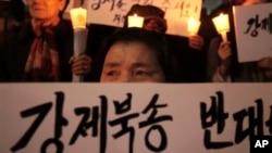 지난 2012년 서울 중국대사관 앞에서 탈북자 강제송환에 반대하는 촛불 시위가 열렸다. 한국에 정착한 탈북자들도 시위에 참가했다. (자료사진)