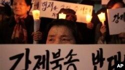 지난 2012년 3월 서울 중국대사관 앞에서 탈북자 강제송환에 반대하며 벌어진 촛불 시위가 벌어진 가운데, 한국에 정착한 탈북자들도 시위에 참가했다. (자료사진)