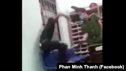 Hình ảnh trích xuất từ video lan truyền trên mạng xã hội về một nhân viên công an phường ở Quảng Nam dí dùi cui điện vào một đối tượng đang bị còng 1 tay vào song cửa sổ trong lúc hỏi cung hôm 8/9.