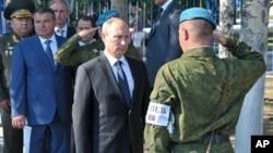 Владимир Путин во время посещения элитной десантно-штурмовой бригады под Ульяновском, Россия