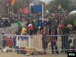 Crowds await Pope Francis at the Benjamin Franklin Parkway in Philadelphia, Pennsylvania, Sept. 26, 2015. The pontiff is expected to attend a family festival there Saturday and to celebrate an open-air Mass on Sunday. (D. Logreira/VOA News)