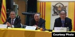 Các diễn giả: Ông Hoàng Đức Nhã, bên trái, Tiến sĩ Lê Mạnh Hùng và Giáo Sư Vũ Tường (ảnh Bùi Văn Phú).