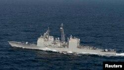 Navio de misseis teleguiados no Oceano Atlantico
