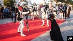 Para penggemar menggenakan kostum Star Wars di Tunisia (foto: dok)