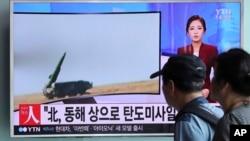 Pasajeros en una estación de tren en Seúl, Corea del Sur, miran un programa de televisión que informa sobre el lanzamiento de misiles norcoreanos, el lunes, 5 de septiembre de 2016.