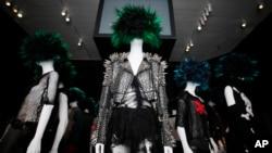 El Museo de Nueva York deja los lujos de Prada para presentarnos una moda más anárquica.