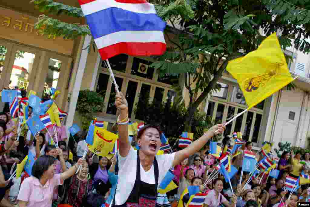 """Crowds, shouting """"Long live the king"""", wait for Thailand's King Bhumibol Adulyadej and Queen Sirikit to leave Siriraj hospital in Bangkok, August 1, 2013."""