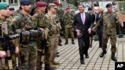 美國國防部長卡特星期一在德國與北約部隊。