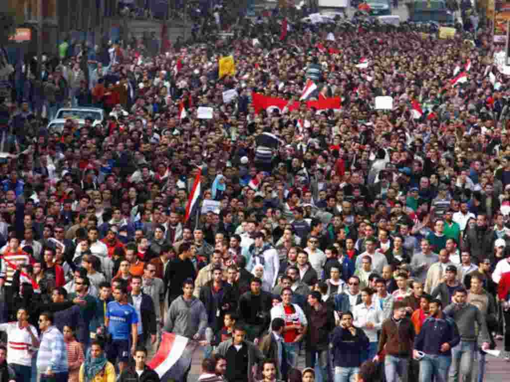 Terinspirasi oleh gerakan di Tunisia massa turun ke jalan-jalan Kairo dalam demonstrasi pada tanggal 25 Januari 2011 untuk menuntut Presiden Hosni yang telah berkuasa lebih dari 30 tahun untuk turun (AP).