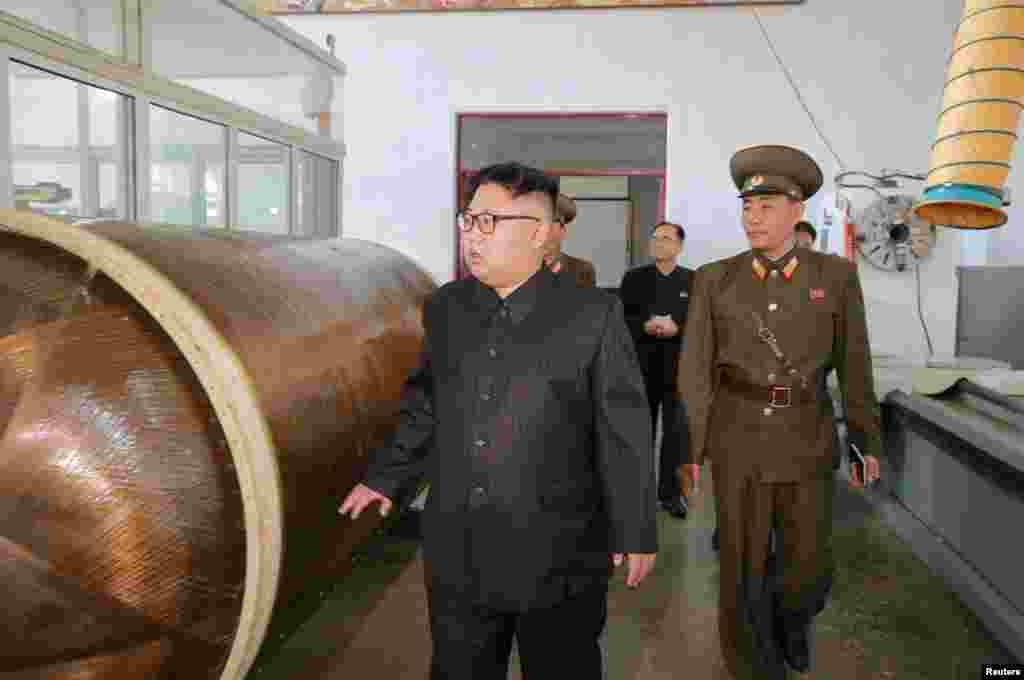 북한의 국방과학원 화학재료연구소를 방문한 김정은 국무위원장이 시설물을 자세히 살펴보고 있다.