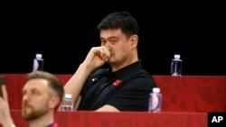Yao Ming, ketua Asosiasi Bola Basket China, dan mantan pemain Liga Bola Basket Profesional AS (NBA) menyaksikan laga antara China dan Venezuela di Cadillac Arena, Beijing, 4 September 2019. (Foto: AP)